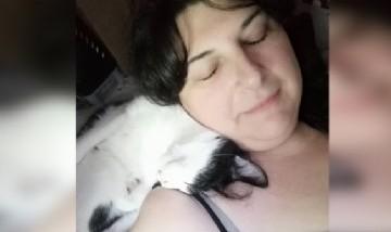 Nunu y su gatito durmiendo la siesta juntos en Madrid, España.