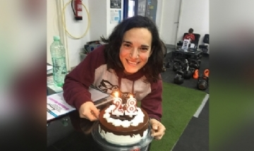 Blanca festejando sus 28 con los compas de laburo en Sevilla, España.