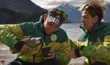 Kevin y Brian mateando en Bariloche, Río Negro.