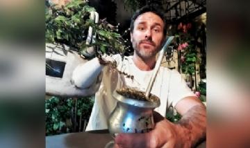 Ezequiel tomando unos verdes en Posadas, Misiones.