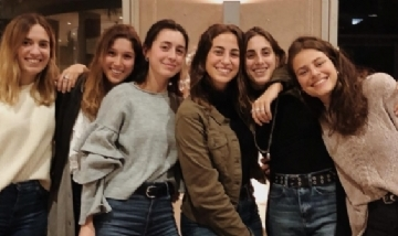 Alber con sus amigas de peña en Capital, Buenos Aires.