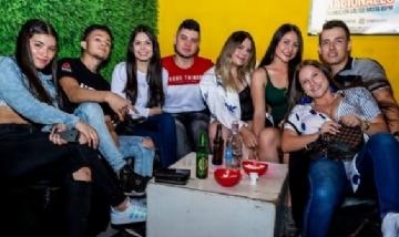 Tomás de peña con sus amigos en Cártago, Colombia.