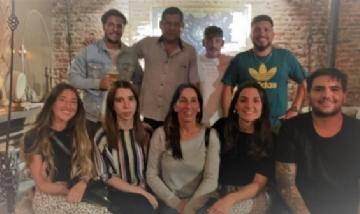 Amigos de Estudio Jurídico, compartiendo momentos en un bar de San Telmo.