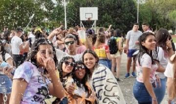 Gise y la promo 2020 preparándose para el banderazo en El Palomar, Buenos Aires.