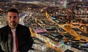 Raúl recorriendo la noche de Frankfurt, Alemania.