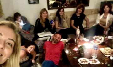 Matías y sus amigas de peña en Colegiales, Buenos Aires.