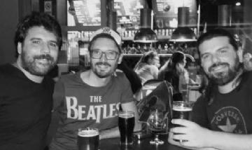 Tomás y los amigos disfrutando de una cerveza en la noche de CABA.