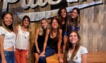 Paula y sus amigas de peña en Palermo.