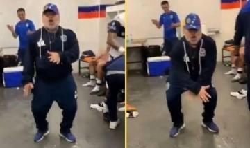 Salió el muñeco de Diego Maradona bailando