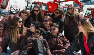 Ro y sus compañeros disfrutando su viaje de egresados en Bariloche.