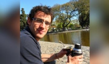 Dani mateando en Parque Centenario, Buenos Aires.