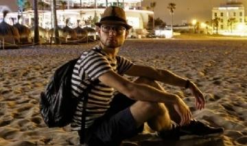 Luis disfrutando el anochecer en Playa de las Arenas, Valencia.