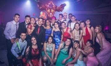 Yesy y sus compañeros de curso de festejo en Mar del Plata.