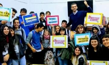 Jóvenes junto a Nazareno La Gamba, coordinador del FR. Baradero, Buenos Aires.