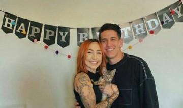 Jaime festejando su cumpleaños con su novia y su mascota. En Medellín, Colombia.