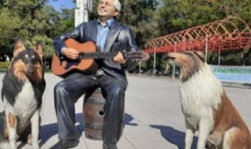 Formosa: instalaron en una plaza estatuas de Alberto Fernández y sus perros, Dylan y Prócer