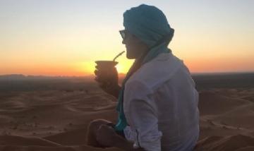 Kevin disfrutando unos mates en el paisaje del desierto de Sahara.