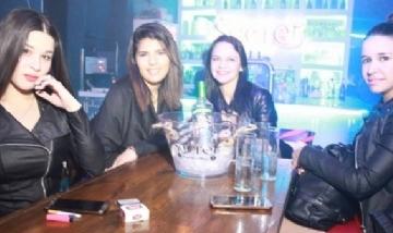 Karen y sus amigas de previa en Avellaneda, Bs. As.