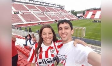 Julián y su hermana en el estadio de Estudiantes de La Plata.