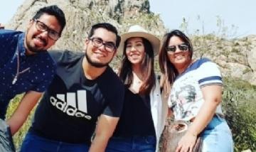 Carlos y sus amigos disfrutando en Peña de Bernal, México.
