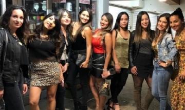 Ivonne y sus amigas recorriendo la noche de Santiago de Chile.