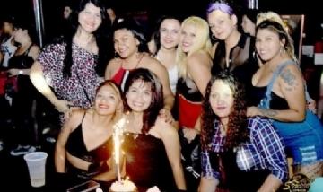 Mariel y sus amigas festejando su cumpleaños en CABA.