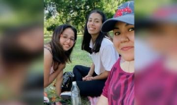 Fiorella y sus amigas de peña en el Bosque de La Plata.