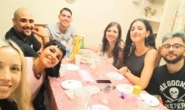 Mauro y sus amigos de peña, cenando en Mendoza.