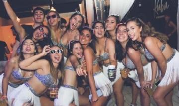 Lourdes y sus compañeras de fiesta en Bariloche, Río Negro.