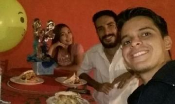 Miguel festejando su cumple con amigos en Caracas, Venezuela.
