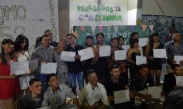 Nahuel Alexis y sus compañeros de 6°A Economía de Los Hornos.
