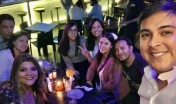 Joel festejando su cumpleñaos con amigos en Santiago de Chile.