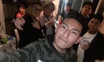 El chino y sus amigos de juntada en Laferrere, Buenos Aires.