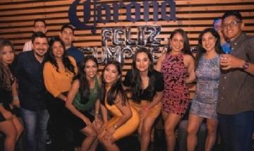 Mayra y sus amigos festejando su cumpleaños en Guayaquil, Ecuador.