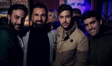 Juan y sus amigos disfrutando la noche de Sevilla, España.