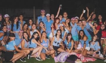 Los chicos del Colegio 17 de Agosto festejando su UPD
