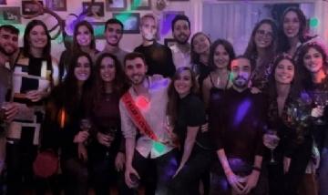 Jorge festejando su cumple con amigos en Chamberí, Madrid.
