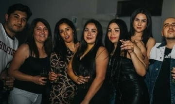 Francisca y su grupo disfrutando la noche de San José de Maipo, Chile.