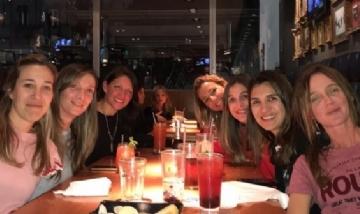 Natalia y sus amigas disfrutando la noche