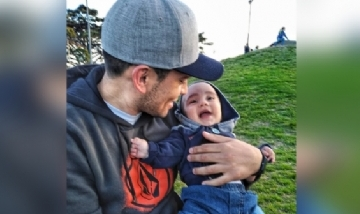 Kevin y Tin Tin disfrutan del parque en Monte Hermoso, Buenos Aires.