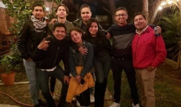 Gian y sus amigos de peña en Morelia, Michoacán.