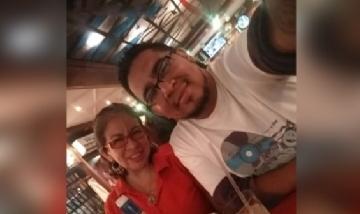 Kevin y su hermana recorriendo la noche de Caracas, Venezuela.