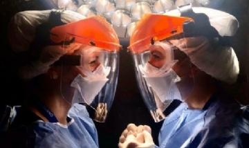 Aíxa y su amiga, ambas en el quirófano como instrumentadoras, CABA.