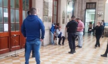Una mujer tomó de rehén a una empleada municipal de Rojas porque el intendente no atiende a la gente