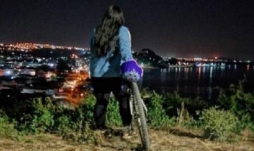 Nicol recorriendo la noche de Ciudad de Penco, Chile.