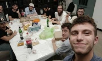 Manu y sus amigos compartiendo una peña en CABA.