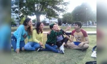 Lucy y sus amigxs juntos en Plaza Malvinas, La Plata.