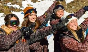 Mailén y sus amigas en el Cerro Catedral, Bariloche.