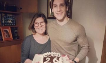 Oscar festejando sus 26 con su mamá en Castellote, España.