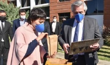 Mayra Mendoza y Alberto Fernández recorrieron la planta quilmeña que produce barbijos para la nación